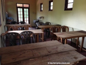 Sinhala Lehrer mit eigenem Klassenzimmer